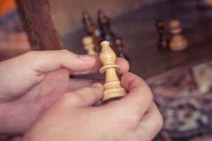 Foto: Schachfigur in den Händen